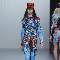 Traje de estampado multicolor de la colección otoño/invierno 2013/2014 de María Escoté en Madrid Fashion Week