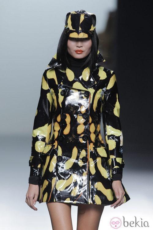 Abrigo amarillo y negro de la colección otoño/invierno 2013/2014 de María Escoté en Madrid Fashion Week