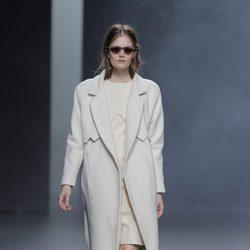 Abrigo blanco de la colección otoño/invierno 2013/2014 de Martín Lamothe en Madrid Fashion Week