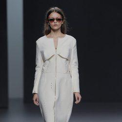 Vestido blanco de la colección otoño/invierno 2013/2014 de Martín Lamothe en Madrid Fashion Week