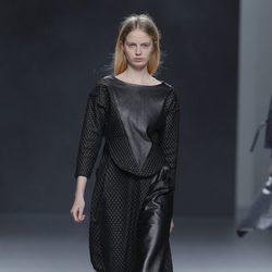 Vestido negro de cuero de la colección otoño/invierno 2013/2014 de Martín Lamothe en Madrid Fashion Week