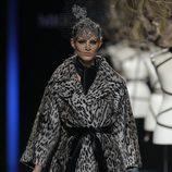 Abrigo print animal de la colección otoño/invierno 2013/2014 de Miguel Marinero en Madrid Fashion Week