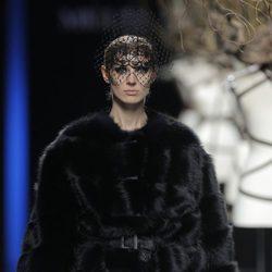Abrigo de piel negro de la colección otoño/invierno 2013/2014 de Miguel Marinero en Madrid Fashion Week