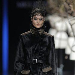 Abrigo negro de la colección otoño/invierno 2013/2014 de Miguel Marinero en Madrid Fashion Week