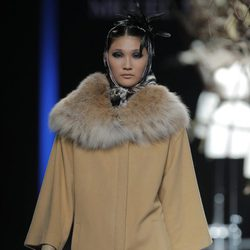 Abrigo beige de la colección otoño/invierno 2013/2014 de Miguel Marinero en Madrid Fashion Week