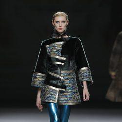 Pantalón azul metalizado de la colección otoño/invierno 2013/2014 de Jesús Lorenzo en Madrid Fashion Week