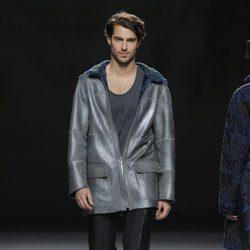 Chaqueta gris de cremallera de la colección otoño/invierno 2013/2014 de Jesús Lorenzo en Madrid Fashion Week