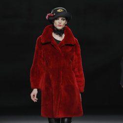 Abrigo rojo de la colección otoño/invierno 2013/2014 de Jesús Lorenzo en Madrid Fashion Week