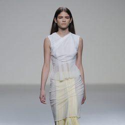 Vestido blanco y amarillo pastel de la colección otoño/invierno 2013/2014 de Pepa Salazar en Madrid Fashion Week