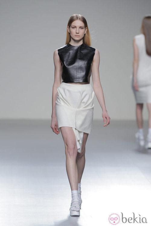 Camiseta de cuero de la colección otoño/invierno 2013/2014 de Pepa Salazar en Madrid Fashion Week