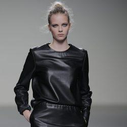 Vestido de cuero de la colección otoño/invierno 2013/2014 de Manémané en Madrid Fashion Week