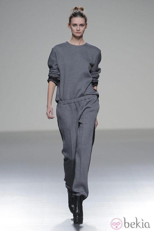 Mono gris de la colección otoño/invierno 2013/2014 de Manémané en Madrid Fashion Week