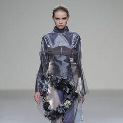 Vestido con superposiciones de la colección otoño/invierno 2013/2014 de Våldnad en Madrid Fashion Week