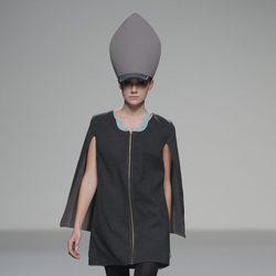 Vestido con capa de la colección otoño/invierno 2013/2014 de Våldnad en Madrid Fashion Week