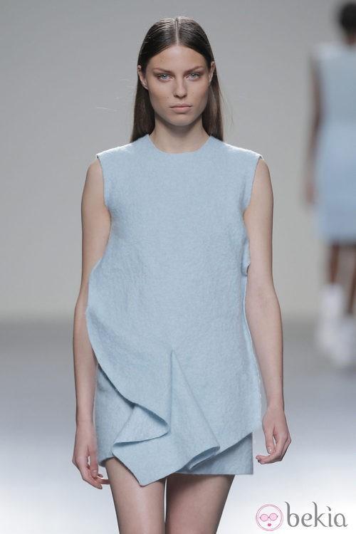 Vestido azul cielo de la colección otoño/invierno 2013/2014 de Pepa Salazar en Madrid Fashion Week