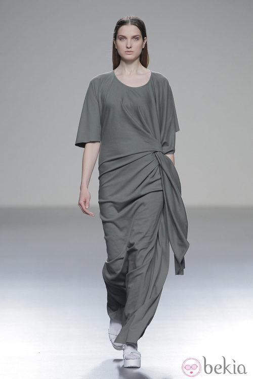 Vestido gris de la colección otoño/invierno 2013/2014 de Pepa Salazar en Madrid Fashion Week