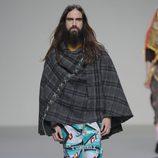 Capa con estampado tartán de la colección otoño/invierno 2013/2014 de Heridadegato en El Ego de Madrid Fashion Week