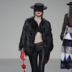 Abrigo de pieles negro de la colección otoño/invierno 2013/2014 de Eugenio Loarce en El Ego de Madrid Fashion Week