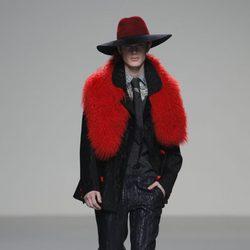 Estola roja de caballero de la colección otoño/invierno 2013/2014 de Eugenio Loarce en El Ego de Madrid Fashion Week