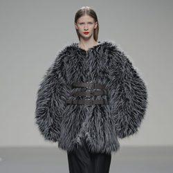 Abrigo de pieles gris de la colección otoño/invierno 2013/2014 de Pablo Erroz en El Ego de Madrid Fashion Week
