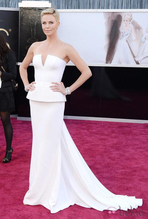 Charlize Theron con un vestido de Dior en la alfombra roja de los Oscar 2013