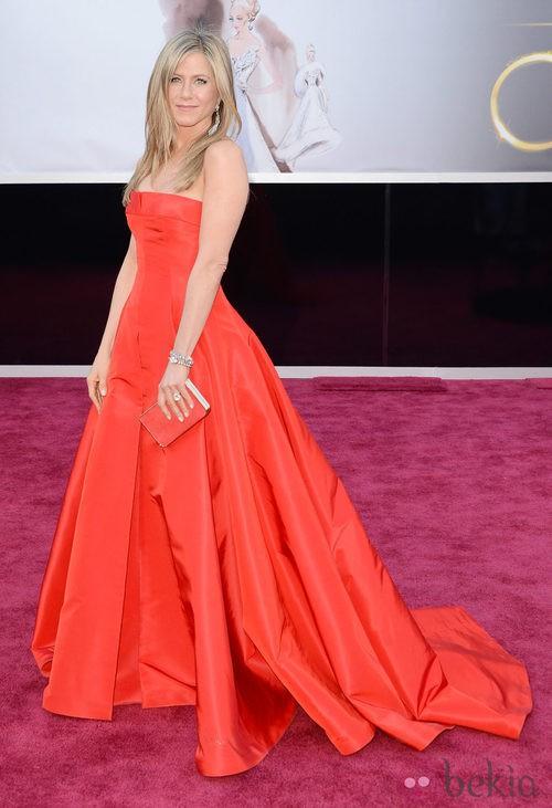 Jennifer Aniston con un vestido rojo de Valentino en los Oscar 2013