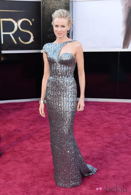 Naomi Watts con un vestido plateado de Giorgio Armani en los Oscar 2013
