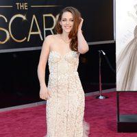 Kristen Stewart con un vestido de tul y relieve de Reem Acra en los Oscar 2013