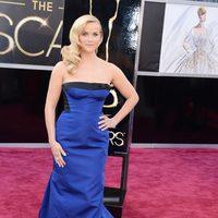 Reese Witherspoon con un vestido azul klein de Louis Vuitton en los Oscar 2013