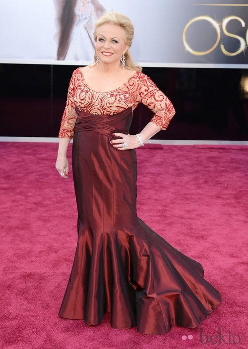 Jacki Weaver con un vestido de Rana Salam en los Oscar 2013
