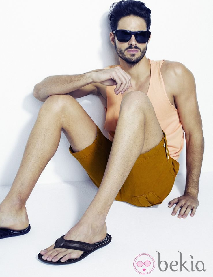 Juan Betancourt con chanclas de la colección primavera/verano 2013 de Xti