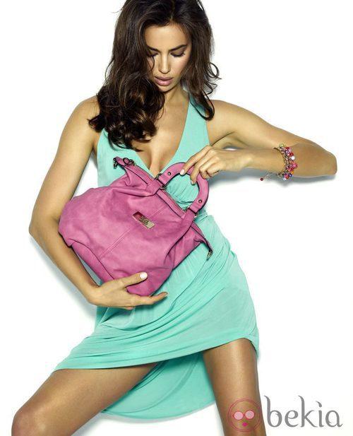 Irina Shayk con bolso de mano de la colección primavera/verano 2013 de Xti