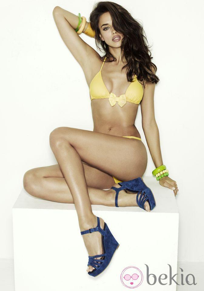 Irina Shayk con cuñas azules de la colección primavera/verano 2013 de Xti