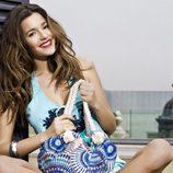 Malena Costa con uno de los bolsos de la colección primavera/verano 2013 de Refresh