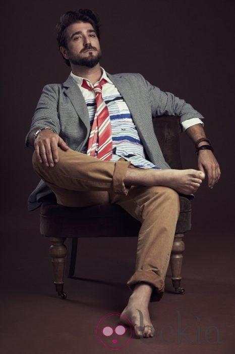 Antonio Orozco posando con la colección primavera/verano 2013 de Desigual