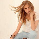 Anna Selezneva con jeans y camiseta blanca de la colección primavera/verano 2013 de Calliope