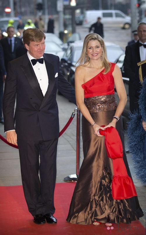 Maxima de Holanda con un vestido de gala bicolor