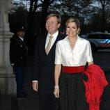 Máxima de Holanda con un conjunto de falda y camisa