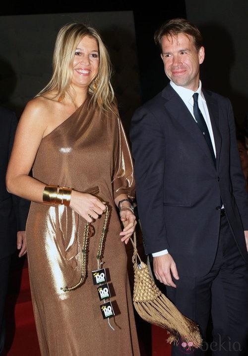 Máxima de Holanda con un vestido ocre metalizado