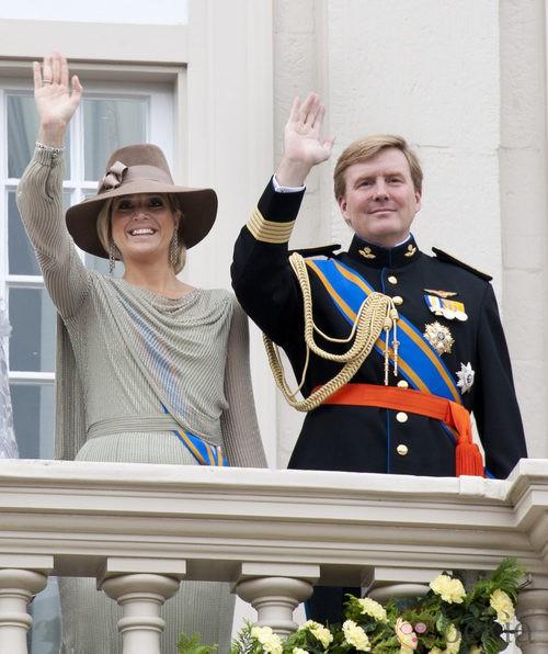 Máxima de Holanda con vestido de seda y tocado con pamela