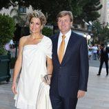 Máxima de Holanda con un vestido blanco de superposiciones