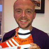 Simon Pegg subasta sus deportivas por una buena causa