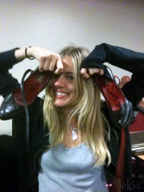 Sienna Miller subasta sus zapatos por una buena causa