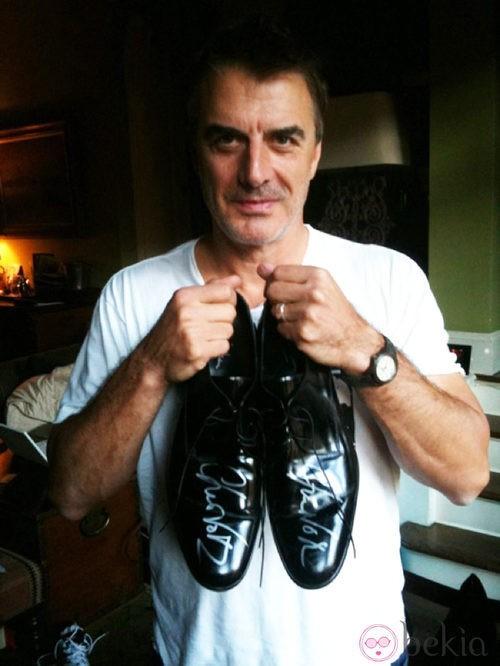 Chris Noth subasta sus zapatos por una buena causa