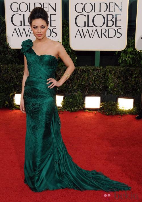 Mila Kunis en los Globos de Oro vestida de Vera Wang