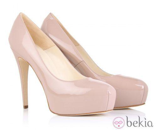 Zapatos de tacón de Brian Atwood color nude
