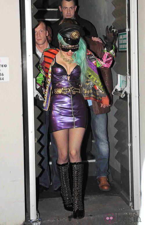 Lady Gaga con botas de cordones y gorra de cuero