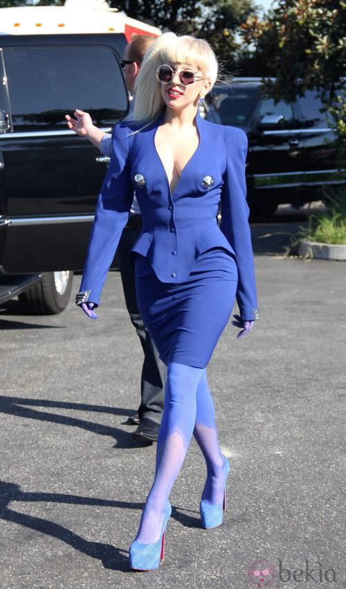 Lady Gaga con traje y manos azules