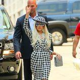 Lady Gaga con traje de Salvatore Ferragamo
