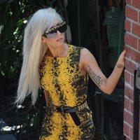 Lady Gaga con vestido de Versace simulando piel de serpiente